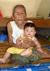 Foto alt und jung - alte Frau mit Baby