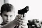 Foto Kind mit Waffe