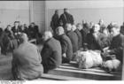 Foto Polen - Warschauer Ghetto - wartende Männer